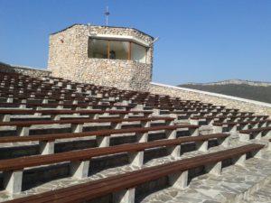 Покривът на сградата е с форма на амфитеатър